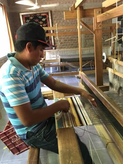 A weaver at Sumaqkay in Paracas.
